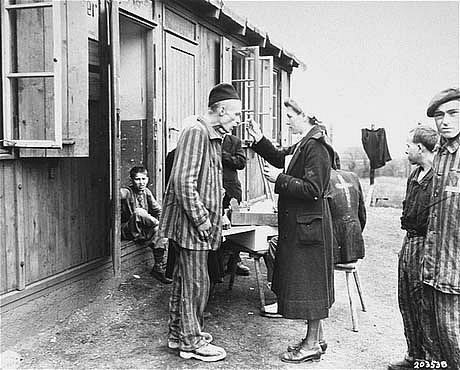 Osvobození polští vězni s pracovníky Červeného kříže