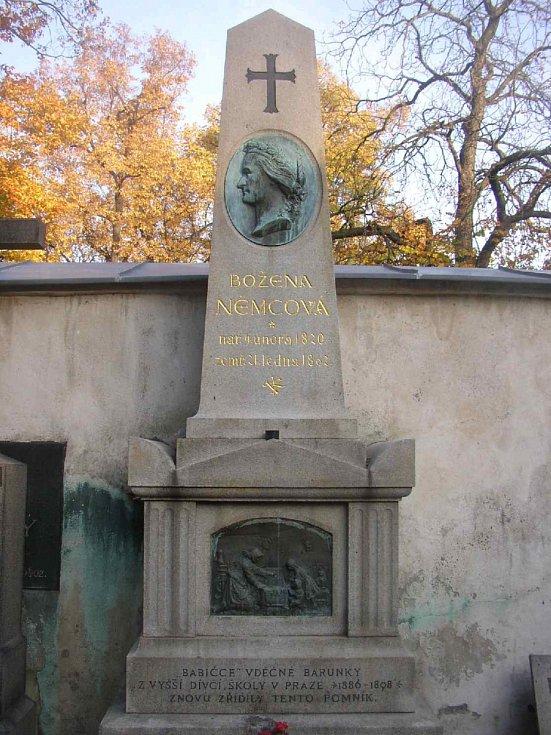 Pomník Boženy Němcové na pražském Vyšehradě.