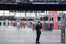 Cestující s rouškou na letišti