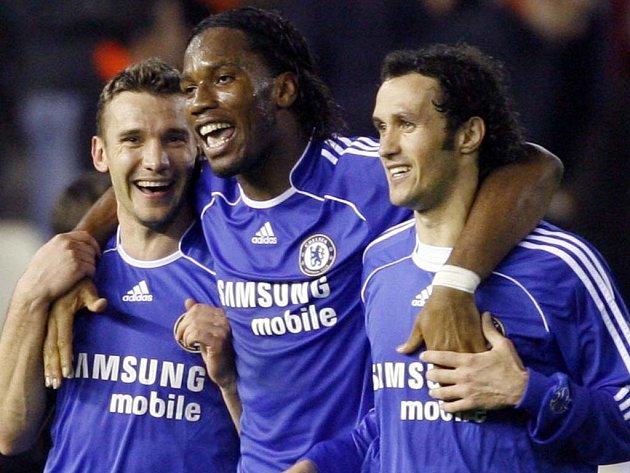 Andrej Ševčenko, Didier Drogba a Ricardo Carvalho (zleva).