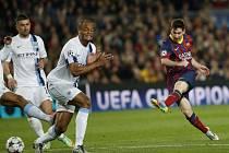 Lionel Messi z Barcelony (vpravo) pálí proti Manchesteru City.