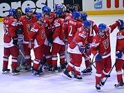 Čeští hokejisté se radují z postupu do čtvrtfinále mistrovství světa. V bitvě o postup rozstříleli sedmi góly Norsko.