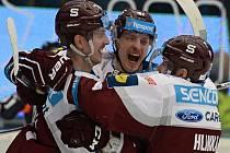 Hokejisté Sparty se radují z gólu proti Plzni.