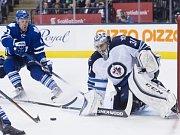 Brankář Winnipegu Ondřej Pavelec zasahuje proti střele hokejistů Toronta.