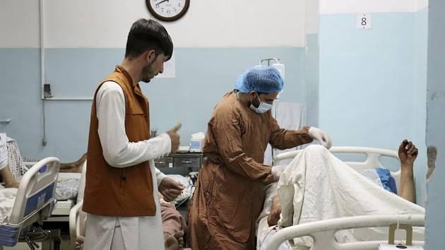 Zdravotnický personál v kábulské nemocnici ošetřuje pacienty, kteří utrpěli zranění při bombovém útoku u letiště v afghánské metropoli