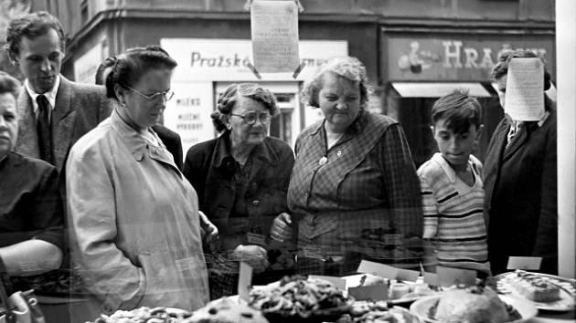 Hospodyňky za socialismu si vždy uměly poradit. Inspiraci hledaly v obchodech i jídelnách.