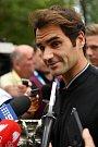 Roger Federer i po probdělé noci ochotně odpovídal novinářům.