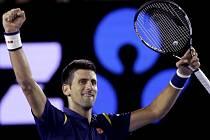 Novak Djokovič se raduje z postupu do finále Australian Open.