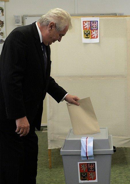 Prezident Miloš Zeman odevzdal 10. října v Praze svůj hlas v komunálních a senátních volbách.