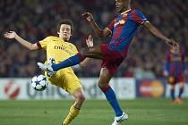 Tomáš Rosický (vlevo) ještě v dresu Arsenalu a Eric Abidal z Barcelony.
