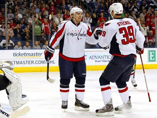 Útočník Washingtonu Tomáš Fleischmann (vlevo) se raduje s Davem Steckelem z gólu.