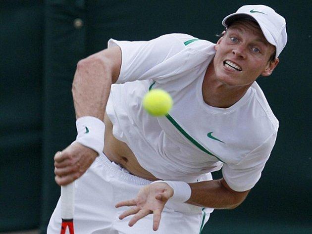 Tomáš Berdych servíruje ve Wimbledonu.