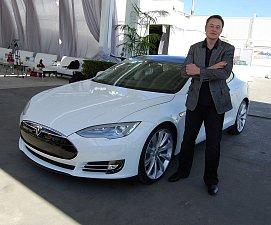 Elon Musk pózuje v továrně Tesly v kalifornském Fremontu.