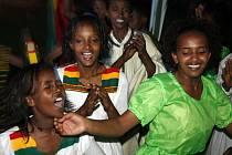 Dívky tančí během oslav příchodu nového milénia v etiopské metropoli Addis Abebě.