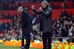 Smutný Alex Ferguson vzadu a rozpolcený Jose Mourinho z Realu.