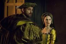 Druhá šance. Po odchodu Mary vstupuje na scénu (a do králova lože) sestra Anna (Natalie Portmanová). Na snímku s Erikem Banou (Jindřich VIII.).