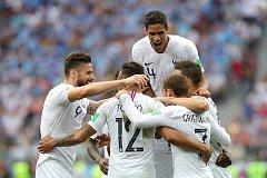 Francie se raduje z gólu při čtvrtfinálovém zápase s Ururguayí