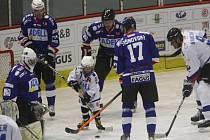 Malý Matěj Rachůnek (uprostřed) před slovenským brankářem Igorem Murínem na hokejové Slovácké benefici.