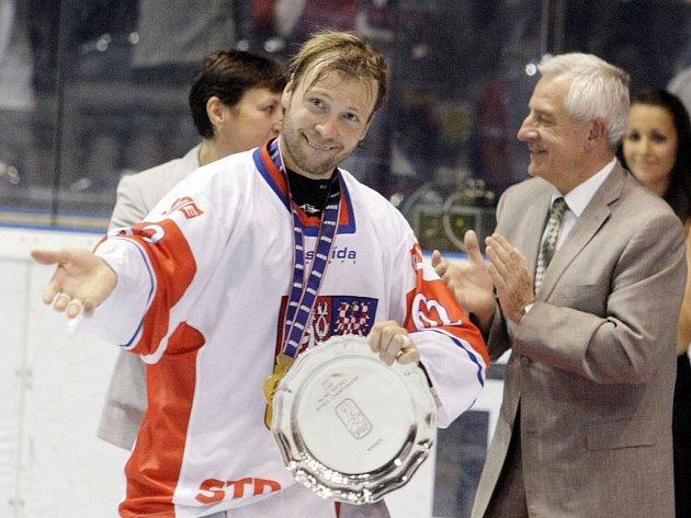 Petr Tenkrát s trofejí pro mistry světa v in-line hokeji.