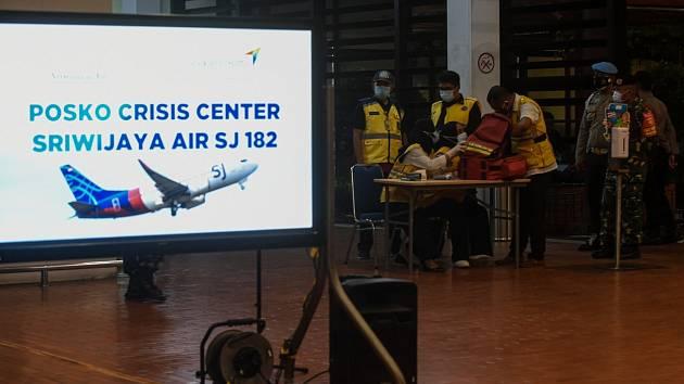 Příbuzní cestujících letu SJ182 indonéské společnosti Sriwijaya Air očekávají na letištích v Jakartě a Pontianak zprávy od záchranářů…