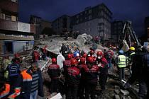 V Istanbulu se zřítila sedmipatrová budova
