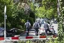 Policisté na místě střelby v Curychu, kde šedesátiletý Švýcar zadržoval jako rukojmí ve svém bytě dvě ženy a vyhrožoval, že je zastřelí. Policie po vniknutí do bytu našla všechny tři osoby mrtvé.