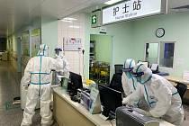 Lékaři v ochranných oblecích v jedné z nemocnic v čínském Wu-chanu.