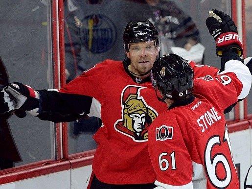 Milan Michálek slaví se spoluhráčem Markem Stonem jeden ze svých gólů v utkání s Edmontonem.