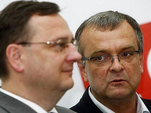 Ačkoli se od minulého pátku jednotlivé vládní strany předháněly v nápadech na zmírnění plánu navýšení daně z přidané hodnoty, dnes koaliční lídři dohodu potvrdili. Stejně špičky vládní koalice ve formátu K9 požehnaly plánu důchodové reformy.