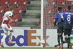 Utkání skupiny C 3. kola základních skupin fotbalové Evropské ligy Slavia Praha - Nice 5. listopadu 2020 v Praze. Jan Kuchta (vlevo) ze Slavie střílí gól.