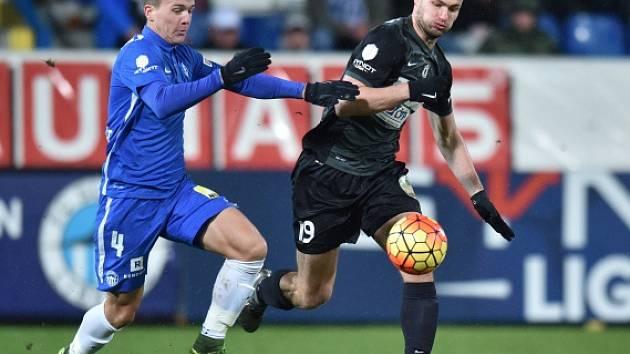 Poslední derby se hrálo v únoru v Liberci. Slovan porazil Jablonec 3:2. Na snímku liberecký Ondřej Karafiát (v modrém) a Tomáš Wágner z Jablonce.