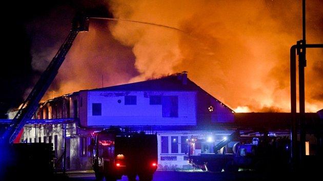 V Lysé nad Labem hoří výrobní hala