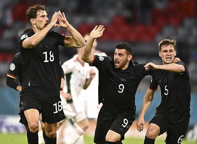 Němci jásají, Leon Goretzka (vlevo) zařídil postup do osmifinále Eura.
