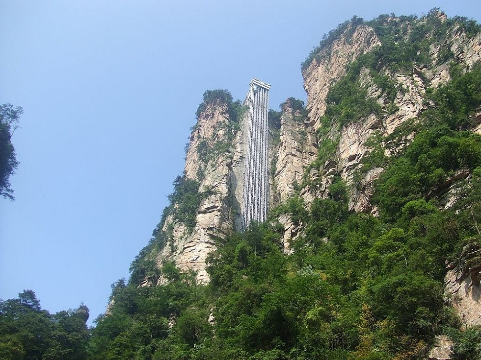 V čínském národním parku Čang-ťia-ťie najdete nejvyšší venkovní výtah na světě