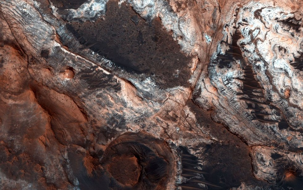 Snímek NASA zachycující malou část Mawrth Vallis, jednoho z mnoha odtokových kanálů na Marsu, o nich se vědci domnívali, že byly vymlety vodou. Podle nové teorie však šlo o činnost ledovců