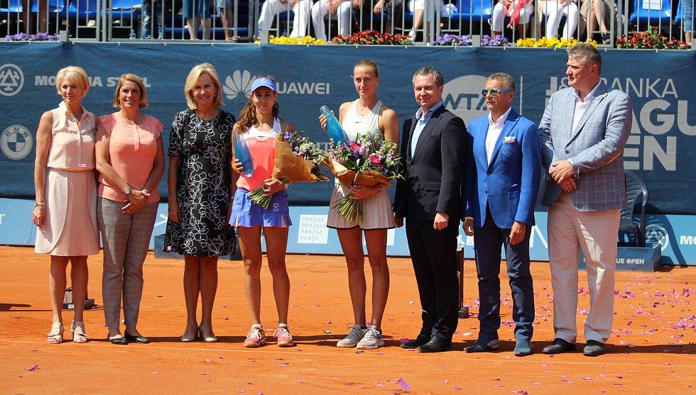 Petra Kvitová (čtvrtá zprava) s trofejí pro vítězku turnaje v Praze.