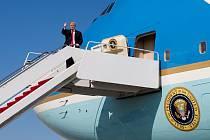 Prezident Donald Trump nastupuje do letadla Air Force One