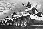 Tanky T-34 model 42 připravené k odchodu na frontu z továrny Uralmaš ve Sverdlovsku