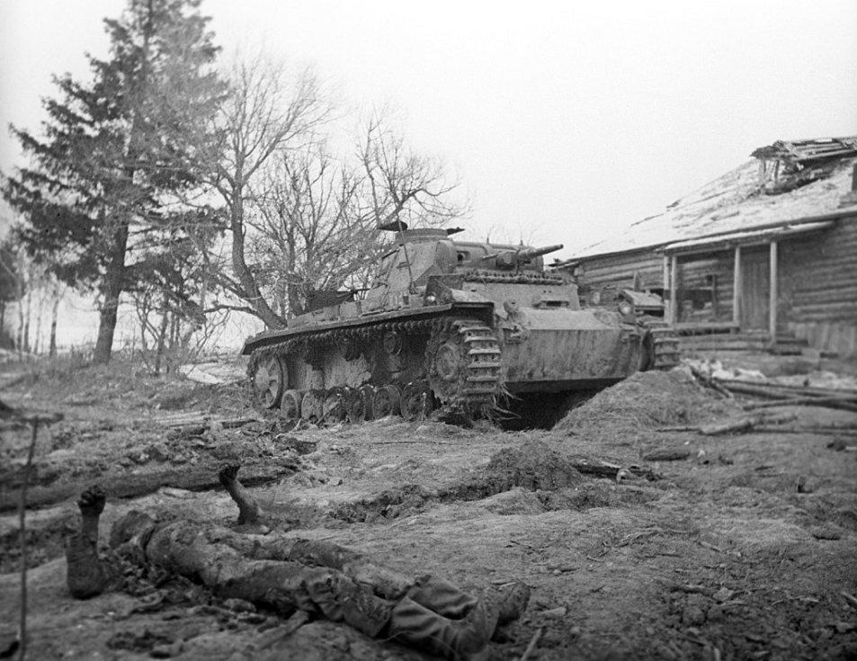 Zničený německý PzKpfw III u obce Skirmanovo, mezi Volokolamskem a Istrií západně od Moskvy