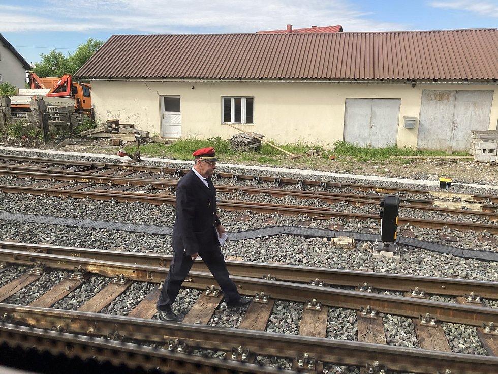 Výpravčí na nevelkém nádraží v Ogulinu se pořádně projde, než se mu podaří vypravit obě části soupravy, jež přijela s 15 vagóny.