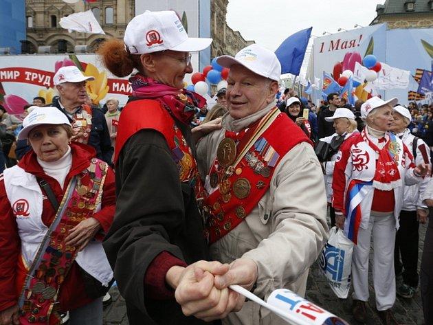 """V Moskvě se dnes koná několik manifestací. Tu hlavní na Rudém náměstí organizuje Federace nezávislých odborů. Jejím hlavním motem je """"Mír! Práce! Máj!""""."""