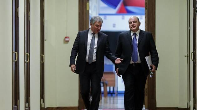 Ruští politici (zprava) Michail Mišustin a předseda dumy Vjačeslav Volodin.