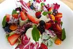 V hotelu Nebespán si pochutnáte. Na snímku je salát z ovoce.