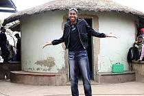 Caster Semenyaová pózuje fotografům před svojí rodnou chýší.