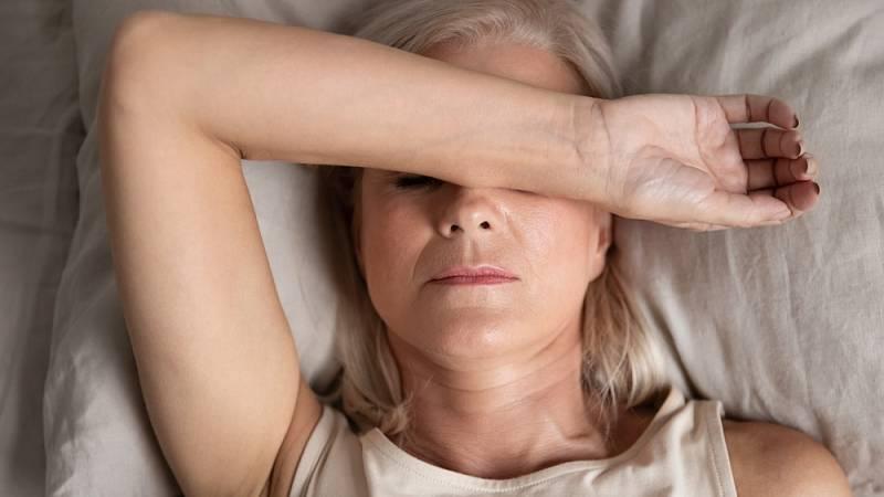Záchvaty bolesti přichází v periodách a zasažena bývá většinou jedna polovina hlavy.