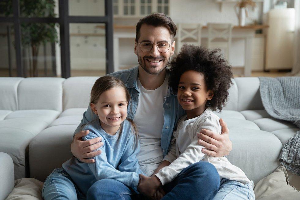 Pro většinu znás je naše identita směsicí genů, které nám předali naši rodiče, a výchovy. Jaké to ale je, když vás vychovávají lidé, kteří nevypadají jako vy, vprostředí, do kterého zjevně na první pohled nepatříte?