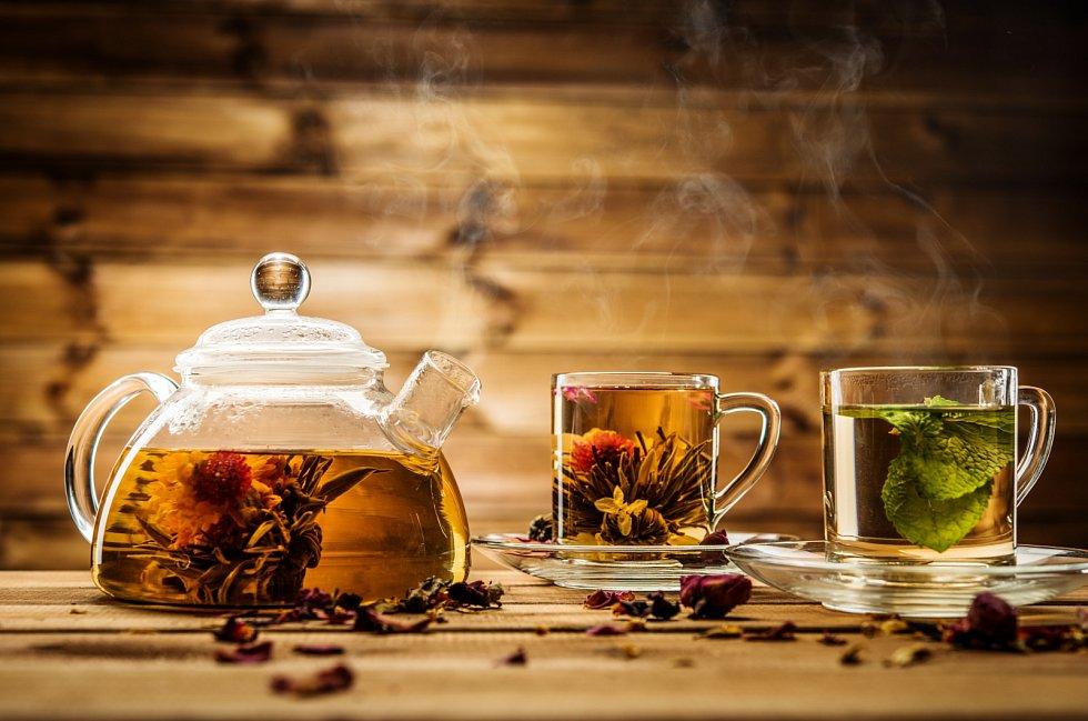 """Pro bylinný """"čaj"""" se používá výraz nálev. Připravíte ho tak, že určité množství drobných čerstvých nebo sušených rostlinných částí (okvětní lístky, listy či nať) zalijete vroucí vodou a necháte odstát."""