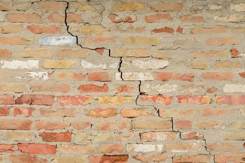 Praskliny ve stěnách naznačují statické poruchy.