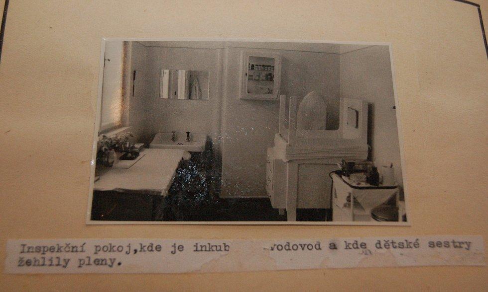 Snímky ze soudního spisu, Marie Fikáčková tam vyšetřovatelům předvádí, jak vraždila novorozence.
