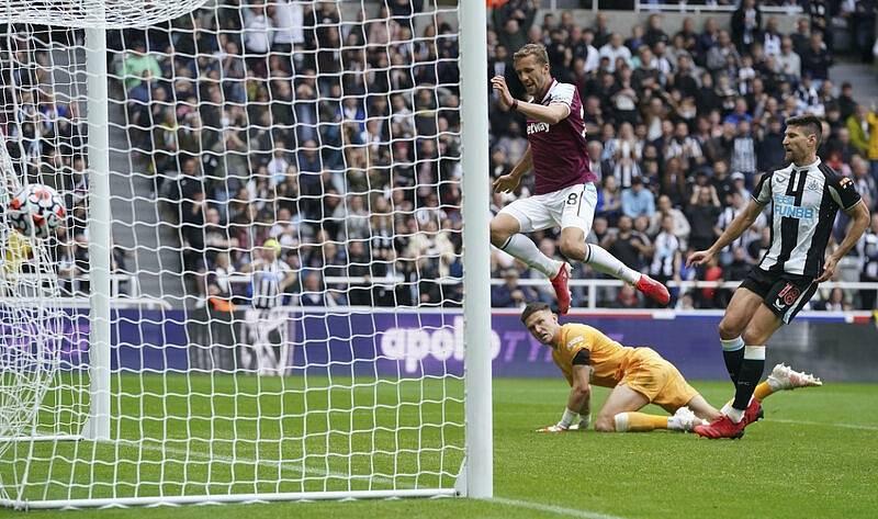 Takto padl vítězný gól: Tomáš Souček byl pozorný a dorazil chycenou penaltu do brány Newcastlu
